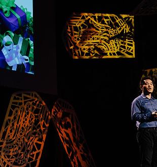 Jia Jiang geeft een Ted Talk. Foto door www.alexmckissack.com voor TedxMtHood. (CC BY-NC-ND 2.0)