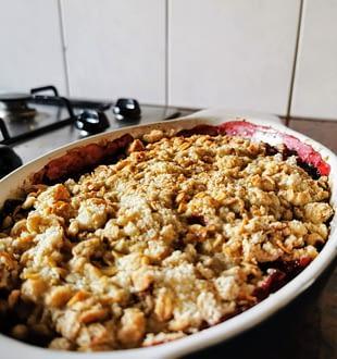 Vegan crumble met appel en rood fruit