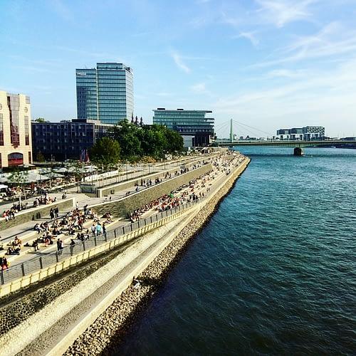 Vanop de Rhein Boulevard heb je een prachtig zicht op Keulen.