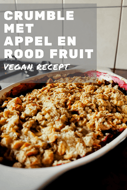 Recept voor een vegan crumble met appel en rood fruit. Ideaal als dessert met een bolletje plantaardig ijs of als ontbijt met plantaardige natuuryoghurt.