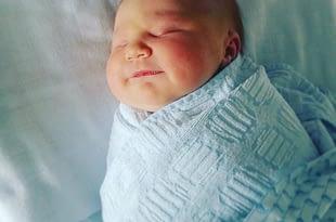 Onze baby, mooi ingebakerd door een van de vroedvrouwen.
