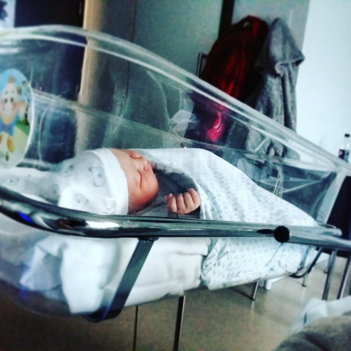 Ellis in haar ziekenhuisbedje.